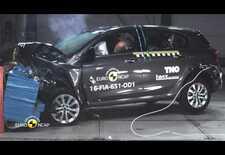 EuroNCAP heeft crashtesten uitgevoerd met de nieuwe Fiat Tipo. De Italiaanse vijfdeurs kreeg een teleurstellende 3-sterrencode op zijn rapport, deze beelden tonen waarom.