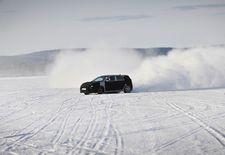 WRC-piloot Thierry Neuville heeft de op stapel staande N-sportversie van de Hyundai i30 getest op een bevroren meer in Zweden. De Koreaanse constructeur vroeg onze Belgische rallytrots om feedback bij de finale afstelling van de nog onder camouflagetape schuilende hot hatch.
