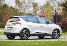 De nieuwe Renault Scénic is en blijft een monovolume, maar combineert voortaan cross-overinvloeden met standaard gemonteerde 20-duimsvelgen. AutoWereld doet de test.
