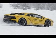Twee Lamborghini's Aventador S dansen in de sneeuw