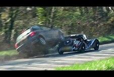 Une Morgan harponnée par une Peugeot
