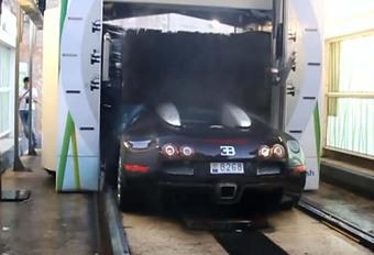 Met je Bugatti Veyron naar de carwash #1
