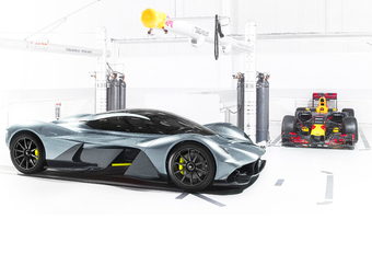 Zo ontzettend snel knalt de Aston Martin AM-RB 001 van 0 naar 320 km/u! #1