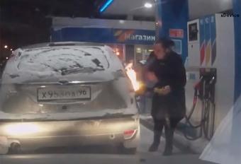 BIJZONDER – Ze steekt haar tank in brand met een aansteker #1