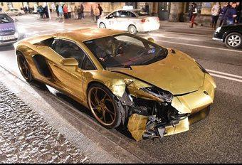 Une Lamborghini Aventador dorée commence mal 2017 #1