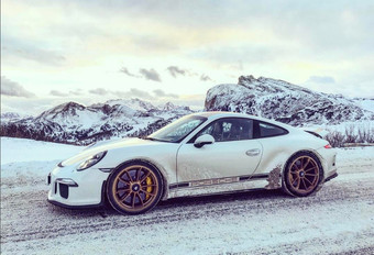 En Porsche 911 R sur un col enneigé #1
