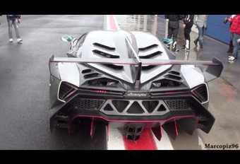 Lamborghini Veneno racet in de regen #1