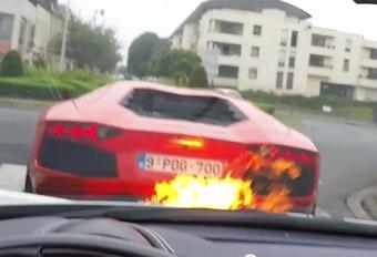BIJZONDER: Hij verbrandt de Ferrari van zijn vriend met zijn Lamborghini #1