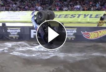 Primeur: voorwaartse salto met een monstertruck (video) #1