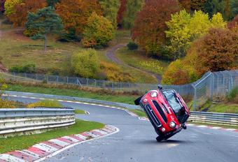 De Chinese stuntrijder Han Yue heeft 45 minuten nodig gehad om de legendarische Nordschleife van de Nürburgring te ronden. Hij deed dat in een Mini Cooper S én op slechts 2 wielen!