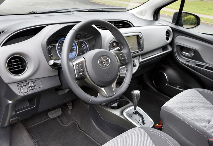 essai toyota yaris hybride 2015 moniteur automobile. Black Bedroom Furniture Sets. Home Design Ideas