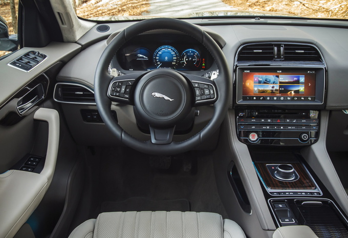 jaguar f pace 2016 ambitieuse moniteur automobile. Black Bedroom Furniture Sets. Home Design Ideas