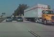 INSOLITE – Victime d'une course, il termine sous un camion