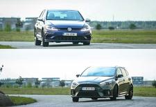 De Ford Focus RS en Volkswagen Golf R geven elkaar geen duimbreed toe tegenover de chronometer. Maar anderzijds vertonen ze wel radicaal tegenovergestelde karakters. Kom gerust mee voor een rondje waarbij we alles uitleggen