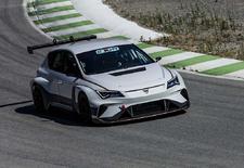 Seat is volop bezig met de ontwikkeling van de Cupra E-Racer, waarmee het in 2020 hoopt deel te nemen aan het E TCR-kampioenschap voor elektrisch aangedreven toerwagens. De looks en de power zijn er, nu nog wennen aan het geluid.