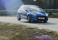 Binnenkort mogen we de nieuwe Ford Fiesta ST zelf testrijden, momenteel is het nog aan WRC-pilote Louise Cook om het hot-hatchbommetje over de Lommel Proving Ground te jagen. En dat levert een fijn filmpje op.