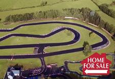 Op zoek naar een nieuwe woonst en bereid om naar Noord-Ierland te verhuizen? Dan is deze in Cookstown gelegen villa misschien wat. Niet omwille van het binnenzwembad, de thuisbioscoop of de helicopterparkeerplaats, wel omwille van de kartbaan in de tuin. Liefst 980 meter lang.