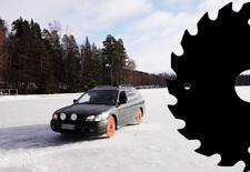 Wat als je sneeuwbanden ruilt voor zaagbladen? Deze Subaru Legacy probeert het uit op een bevroren meer. Bekijk de video!