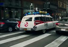 De Amerikaanse supermarktketen Walmart heeft een reclamespot uitgebracht die de beroemdste filmauto's uit de geschiedenis bundelt. Van de Batmobile over Knight Rider's KITT tot de ambulance van de Ghostbusters. Wie kent ze allemaal?