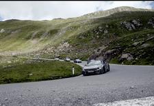 Op het Autosalon van Frankfurt 2017 rolt BMW de i8 Roadster op de beursvloer. In afwachting van zijn mondiale debuut op de IAA dansen nog onder een streepje camouflagetape schuilde prototypes van de plug-inhybride roadster over het beeld.