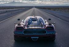 Koenigsegg blijft met de voeten van Bugatti rammelen. De Zweedse sportwagenbouwer heeft de Agera RS over een afgesloten snelweg gejaagd, met een gemiddelde topsnelheid van 447 km/u als resultaat. Goed voor een nieuw wereldrecord.