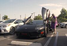 Deux grand-mères en balade en Lamborghini