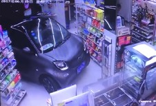 INSOLITE – il entre dans un magasin avec sa Smart