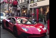 BIJZONDER – Voetganger loopt over Lamborghini