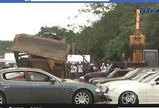 Collectiewagens geplet met een bulldozer