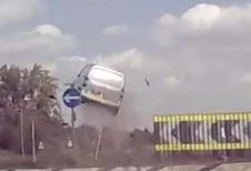 BIJZONDER – Dit is niet de juiste manier om een rotonde op te rijden…