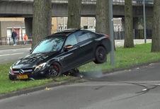 BIZAR – Hij crasht zijn AMG C 63 al driftend in de stad