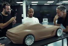 Aan welke Mercedes kleit Lewis Hamilton hier?