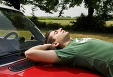 Longs trajets : la sieste indispensable après le repas ?