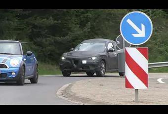 Alfa Stelvio rijdt buiten #1