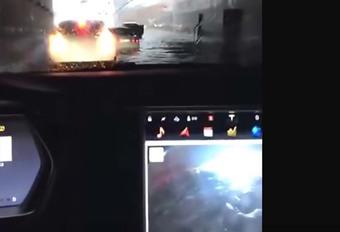 INSOLITE – Il flotte avec sa Tesla S, puis repart #1
