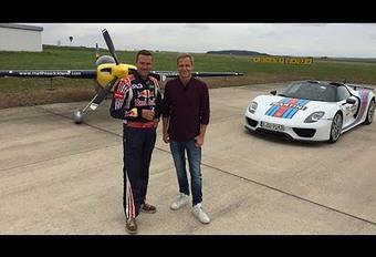 La Porsche 918 Spyder face à un avion de voltige #1