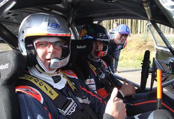 AutoWereld-hoofdredacteur Alain Devos speelde even co-piloot van Thierry Neuville (Hyundai i20 WRC). Een videoverslag van een dolle rit door de Welshe bossen, met pieken tot 200 km/u.