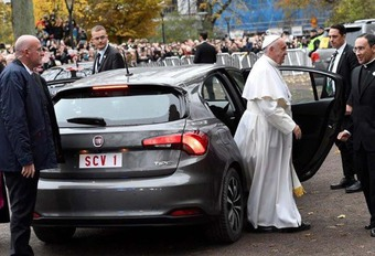 INSOLITE – Le pape François en Fiat Tipo #1