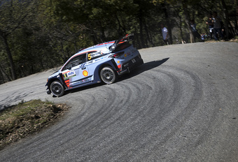 Thierry Neuville ruim op kop in rally Corsica #1