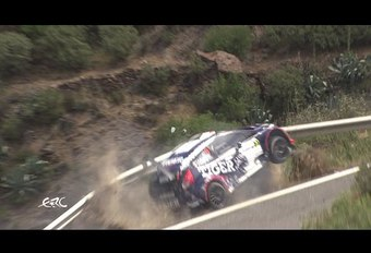 Une glissière de sécurité retient une voiture de rallye #1