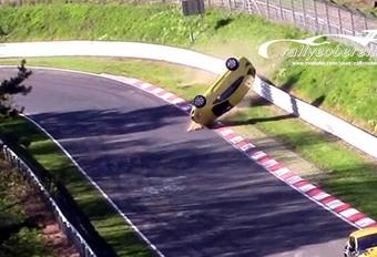 INSOLITE – Il détruit complètement son Astra sur le Nürburgring #1