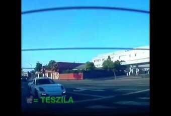 INSOLITE – Une Porsche fait une toupie en tentant de suivre une Tesla  #1