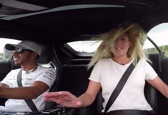 BIJZONDER – Lewis Hamilton slingert journaliste in het rond #1