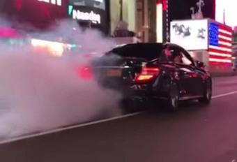 INSOLITE – Il burne sur Times Square et renverse un policier #1