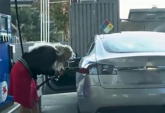 BIZAR – Ze probeert haar Tesla te vullen met benzine! #1