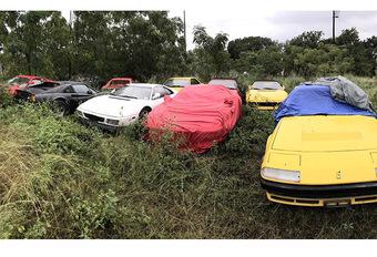 Elf verlaten Ferrari's op een braakliggend terrein #1