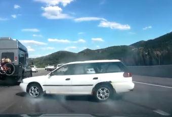 BIZAR - Subaru maakt pirouette op de snelweg, maar raakt niets #1