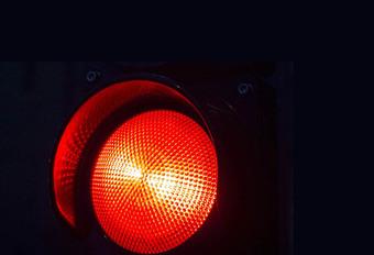 Door het rood rijden is niet erg, zolang je maar handenvrij belt #1