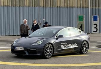 Oostenrijker maakt Tesla Model 3 'beter' met benzinemotor #1
