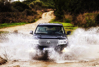 TOYOTA LAND CRUISER V8 4.5 D-4D (2012) #1